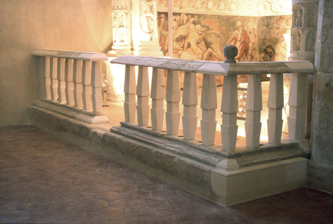 Balaustrata in pietra della Cappella della Catena (balaustri e altre parti mancanti progettati e            realizzati da S. Rizzuti)